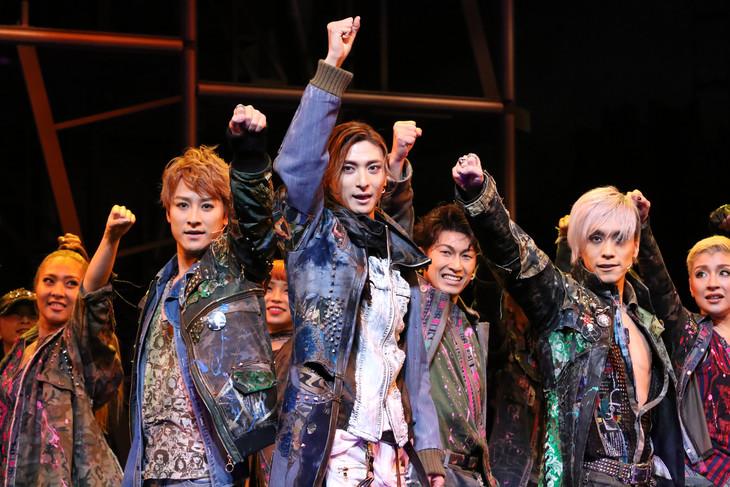 ミュージカル「ロミオ&ジュリエット」フォトコールより。手前左から馬場徹、古川雄大、平間壮一。(撮影:田中亜紀)