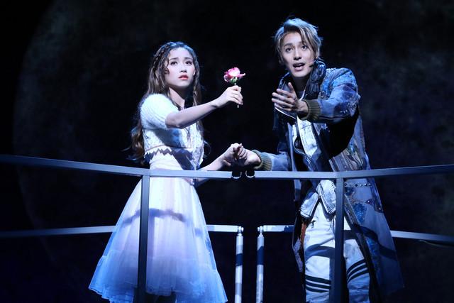 ミュージカル「ロミオ&ジュリエット」フォトコールより。左から木下晴香、大野拓朗。(撮影:田中亜紀)