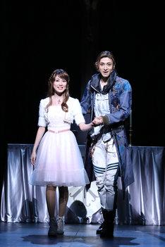 ミュージカル「ロミオ&ジュリエット」フォトコールより。左から生田絵梨花、古川雄大。(撮影:田中亜紀)