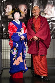 「六本木歌舞伎 第二弾『座頭市』」囲み取材の様子。左から寺島しのぶ、市川海老蔵。