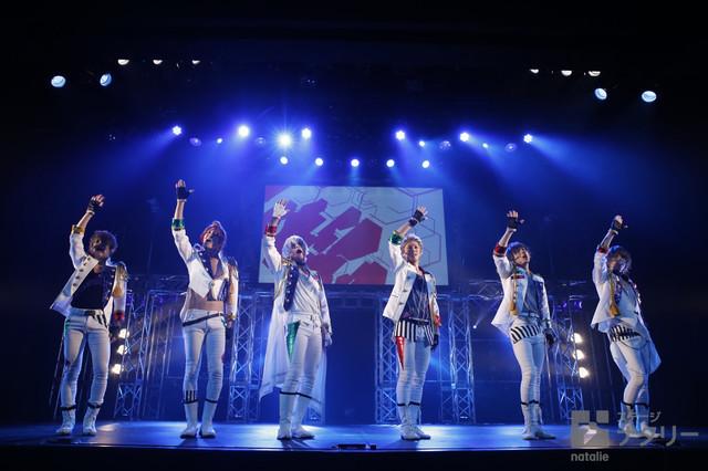 「2.5次元ダンスライブ『ツキウタ。』ステージ TRI! SCHOOL REVOLUTION! Ver.WHITE」より。