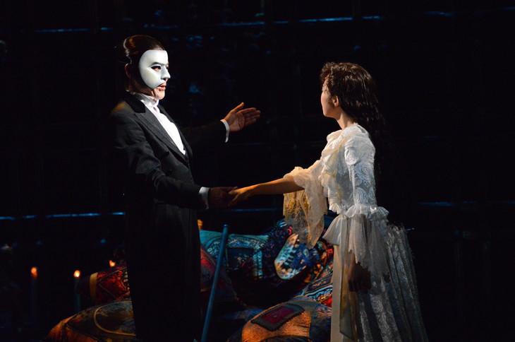 劇団四季 ミュージカル「オペラ座の怪人」横浜公演最終通し舞台稽古より、左から佐野正幸演じるオペラ座の怪人、山本紗衣演じるクリスティーヌ・ダーエ。