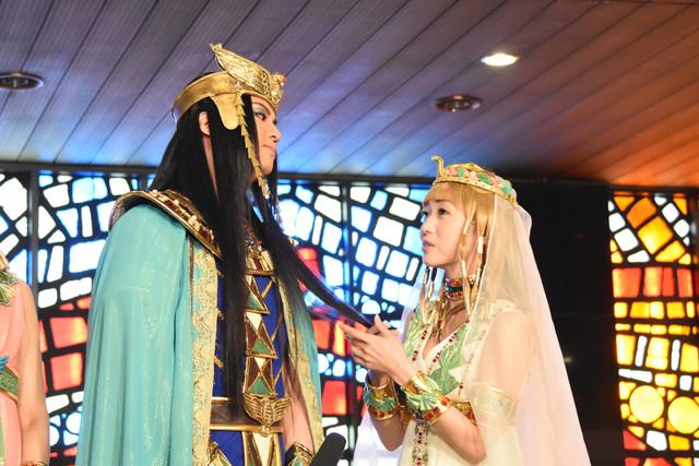 メンフィスの毛質を確かめるキャロル役の新妻聖子(右)。