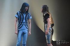 左から村田充演じるリコ・スカイウイング、池田純矢演じる豹二郎ダイアモンド。