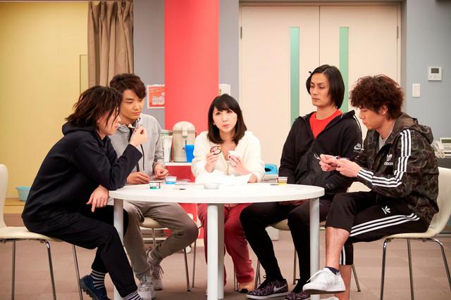 「グリーン&ブラックス」より。左から中川晃教、井上芳雄、愛原実花、加藤和樹、柿澤勇人。