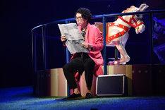パルコ・プロデュース「サクラパパオー」公開舞台稽古より、片桐仁演じる的場博美。