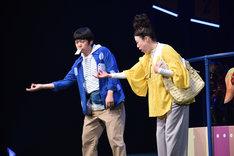 パルコ・プロデュース「サクラパパオー」公開舞台稽古より。左から市川しんぺー演じる横山一郎、広岡由里子演じる菅原幸子。