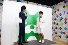 左から松田誠代表理事、笑顔で登場した加藤諒。