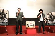左から大東駿介、古田新太(撮影:田中亜紀)