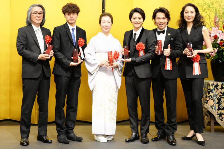 第42回菊田一夫演劇賞授賞式の様子。左から勝柴次朗、藤田俊太郎、新橋耐子、小池徹平、中川晃教、麻実れい。