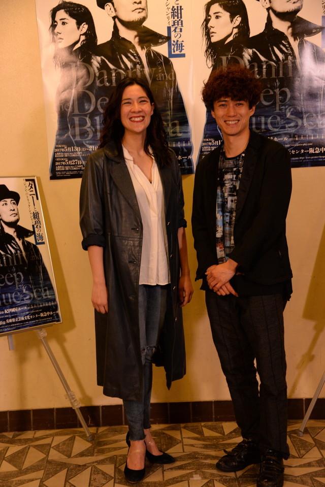 「ダニーと紺碧の海」囲み取材より。左から土井ケイト、藤田俊太郎。