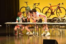 クイズの答えを相談する山本侑平、馬場良馬、郷本直也、友常勇気。