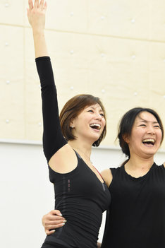 米倉涼子(左)。