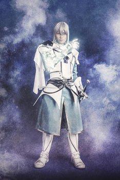 佐奈宏紀演じるベディヴィエール。