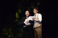ミュージカル「魔女の宅急便」ゲネプロより。左から岩崎ひろみ演じるコキリ、横山だいすけ演じるオキノ。