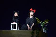 ミュージカル「魔女の宅急便」ゲネプロより。左から夏鈴演じるジジ、上白石萌歌演じるキキ。