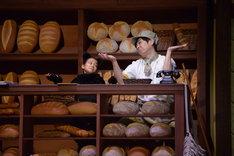 ミュージカル「魔女の宅急便」ゲネプロより。左から夏鈴演じるジジ、藤原一裕演じるフクオ。