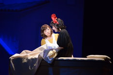 ミュージカル「魔女の宅急便」ゲネプロより。舞台奥白羽ゆり演じるおソノ、舞台手前上白石萌歌演じるキキ。