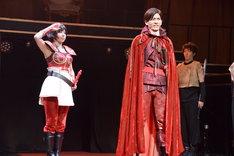ミュージカル「悪ノ娘」公開ゲネプロより。左から鈴木ふみ奈演じるジェルメイヌ、野久保直樹演じるレオンハルト。