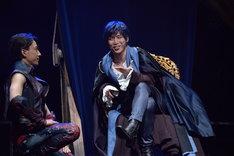 ミュージカル「悪ノ娘」公開ゲネプロより。右が鎌苅健太演じるカイル。