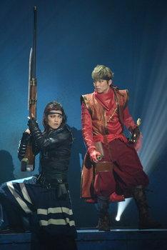 「錆色のアーマ」ゲネプロより。左から荒木健太朗演じる鶴首、佐藤大樹演じる孫一。