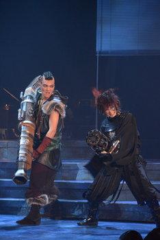 「錆色のアーマ」ゲネプロより。左から章平演じる木偶、平田裕一郎演じる黒氷。