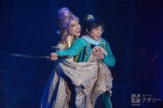 「錆色のアーマ」ゲネプロより。舞台奥から輝馬演じる顕如、栩原楽人演じる明智光秀。