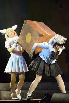 舞台「けものフレンズ」ゲネプロより。左から本宮佳奈演じるフェネック、小野早稀演じるアライグマ。