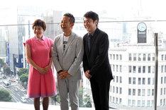 銀座の街が一望できる会場のテラスで撮影に応じる大竹しのぶ、宮本亜門、市村正親。