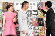 ミュージカル「スウィーニー・トッド ~フリート街の悪魔の理髪師~」の位置をトントン叩く市村正親(右)。