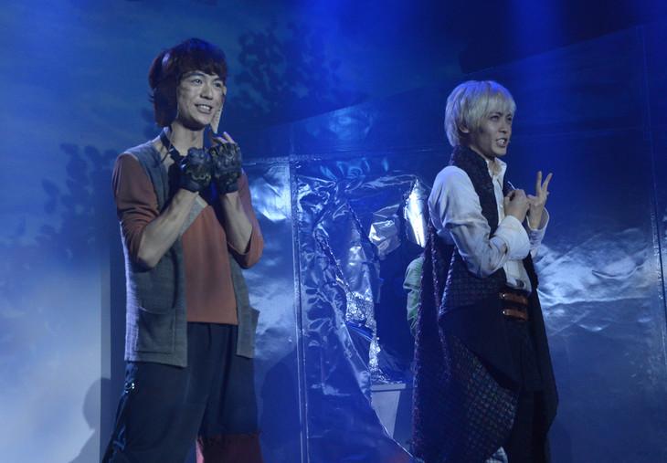 「オーバーリング・ギフト」公開ゲネプロより、左から溝口琢矢演じるトトイ、猪塚健太演じるアスター。
