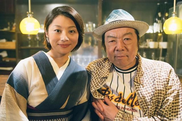 左から小池栄子、古田新太。