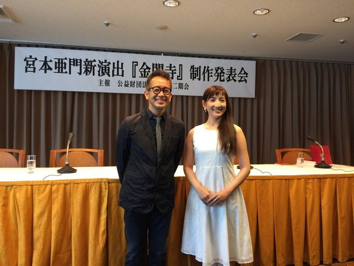 6月19日に行われた「金閣寺」制作発表会の様子。左から宮本亜門、嘉目真木子。