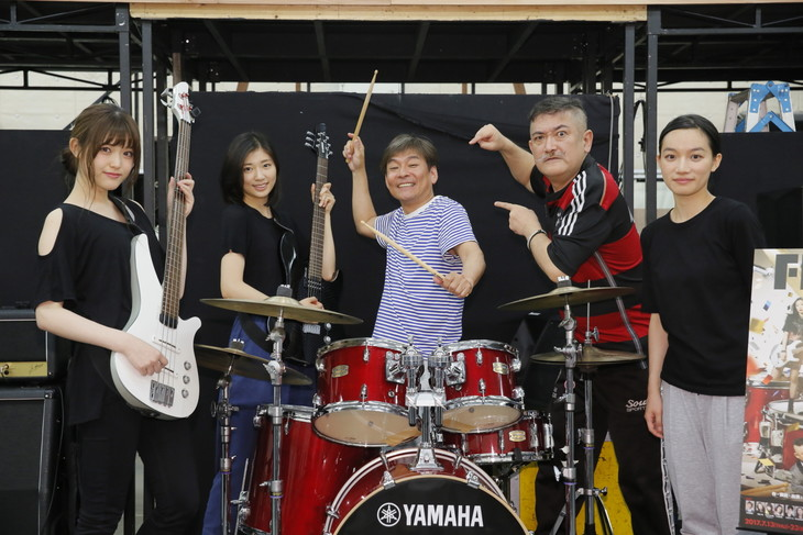 「FILL-IN~娘のバンドに親が出る~」公開稽古より。左から松村沙友理(乃木坂46)、相楽樹、内場勝則、後藤ひろひと、千菅春香。