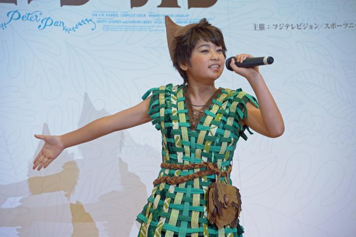 「アイム・フライング」を歌唱するピーターパン役の吉柳咲良。
