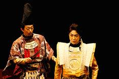 「子午線の祀り」より。左から河原崎國太郎、野村萬斎。(撮影:細野晋司)