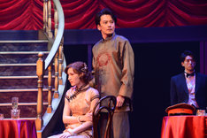cube 20th. presents 音楽劇「魔都夜曲」ゲネプロより、左からマイコ演じる周紅花、小西遼生演じる周志強。