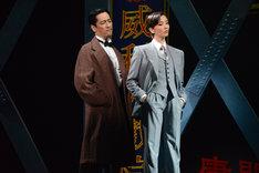 cube 20th. presents 音楽劇「魔都夜曲」ゲネプロより、左から橋本さとし演じる新田、壮一帆演じる川島。