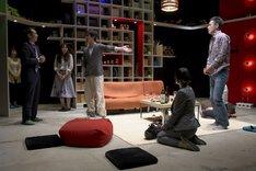 2010上演の青年団「革命日記」より。(撮影:青木司)