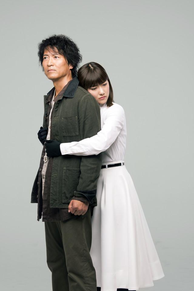 寺脇康文演じるホームレス中年男の鳴沢肇役と、宮澤佐江演じる紗良役のイメージカット。