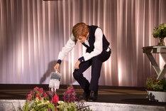 宝塚歌劇花組「Musical『ハンナのお花屋さん ─Hanna's Florist─』」制作発表会より。花に水をやる明日海りお。