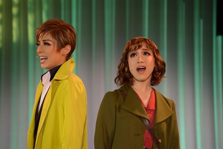 宝塚歌劇花組「Musical『ハンナのお花屋さん ─Hanna's Florist─』」制作発表会より。左から明日海りお、仙名彩世。