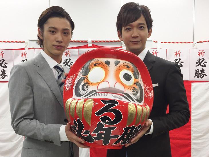 達磨を持つ安西慎太郎(左)、辻本祐樹(右)。