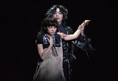 ピースピット2017年本公演「グランギニョル」より。手前から田中真琴演じるスー・オールセン、染谷俊之演じるダリ・デリコ。