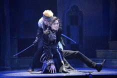 ピースピット2017年本公演「グランギニョル」より。手前から東啓介演じる李春林、松浦司演じる歌麿。