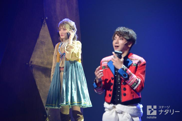 少年社中・東映プロデュース「モマの火星探検記」ゲネプロより。左から生駒里奈演じるユーリ、矢崎広演じるモマ。