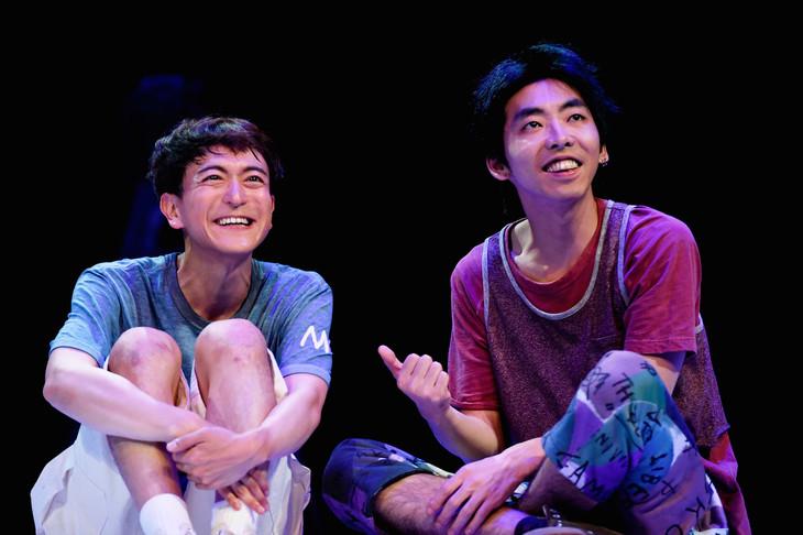 世田谷パブリックシアター「チック」より。左から篠山輝信、柄本時生。(撮影:細野晋司)