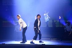 「幽劇」公開ゲネプロより、左から三浦宏規演じるセイジ、多和田秀弥演じるイクオ。