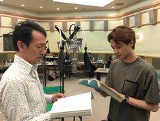 NHK-FM「青春アドベンチャー『また、桜の国で』」収録風景。左から鈴木壮麻、井上芳雄。(写真提供:NHK)