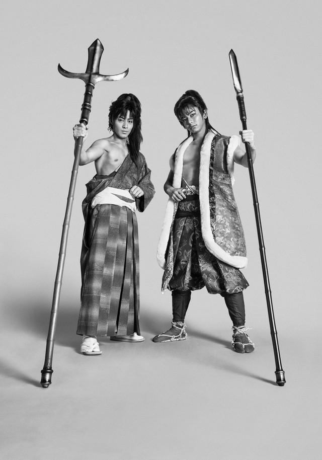 舞台「義風堂々!!」衣装ビジュアル。左から猪野広樹演じる直江兼続、鍵本輝演じる前田慶次。